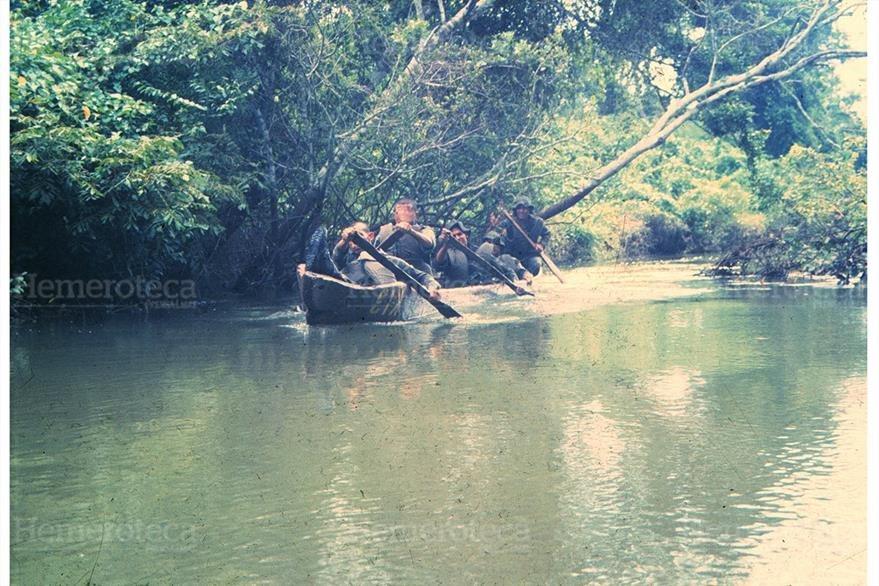 30/11/2004 Oficiales kaibiles  patrullan  el río La Pasión, en Petén. (Foto Hemeroteca PL)