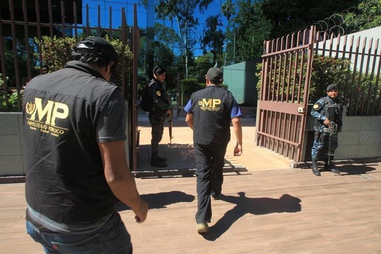 Agentes del MP ingresan al edificio donde están las oficinas de López Villatoro. (Foto: Estuardo Paredes)
