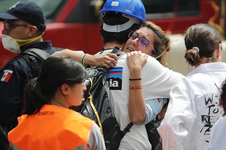 Familiares de desaparecidos no se dan por vencidos en la búsqueda de sus familiares bajo los escombros. (Foto Prensa Libre: EFE)