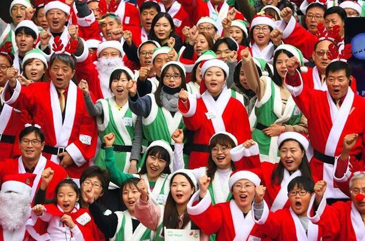Voluntarios se disfrazan para llevar alegría a niños en Seúl, Corea del Sur.