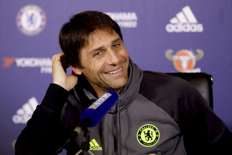 Antonio Conte está feliz con el liderato del Chelsea. Espera lograr el título de la Liga Inglesa. (Foto Prensa Libre: AP)