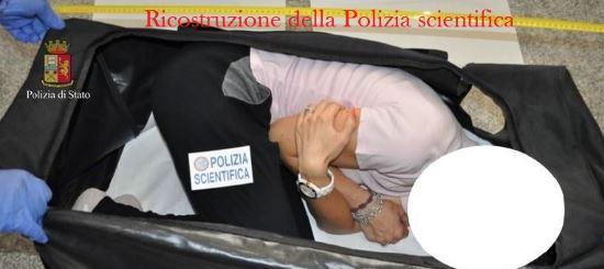 La víctima fue drogada, esposada y encerrada en una valija. (Foto Prensa Libre: Polizia di Stato)