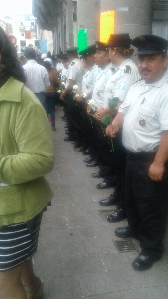 En Quetzaltenango, manifestantes dieron una rosa blanca a los policías en señal de respeto y agradecimiento por su trabajo.