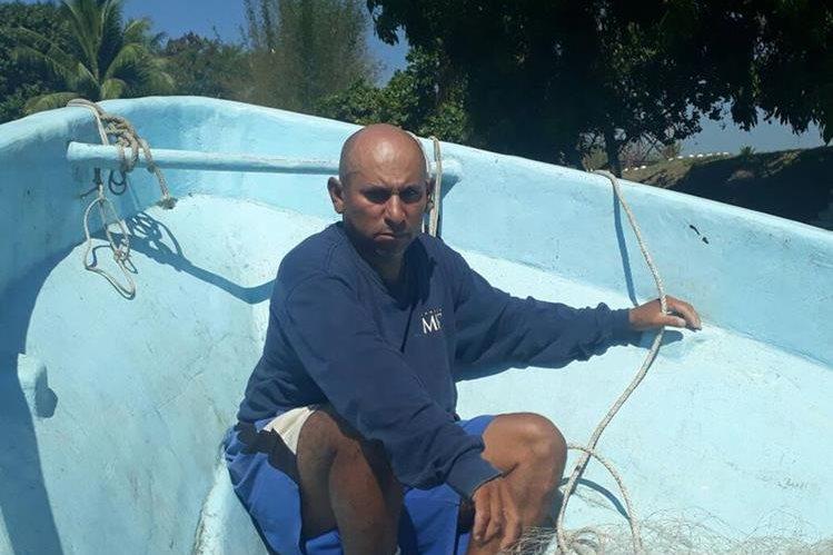 Marco Tulio Granados Arriaza transportaba 546 paquetes con cocaína en una embarcación. (Foto Prensa Libre: Cortesía Ejército)