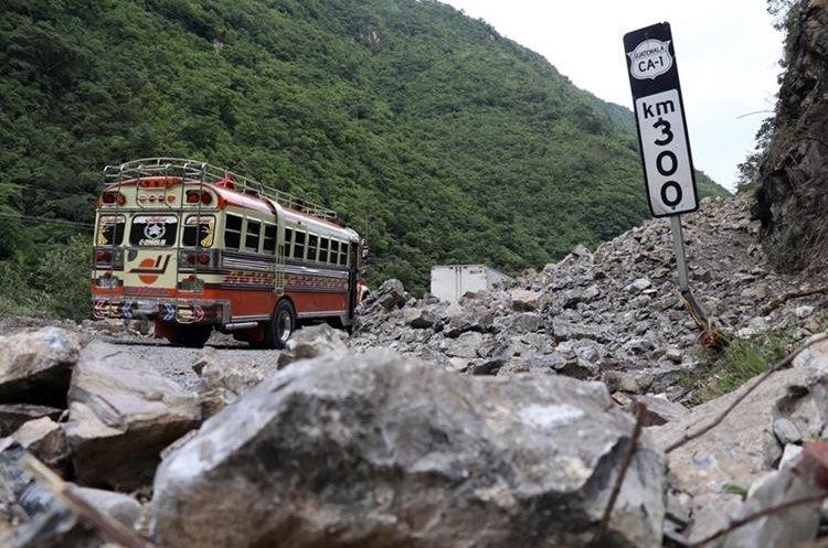 En el kilómetro 300 de la ruta Interamericana, el paso fue cerrado por los derrumbes que se registraron. (Foto Prensa Libre: Mike Castillo)