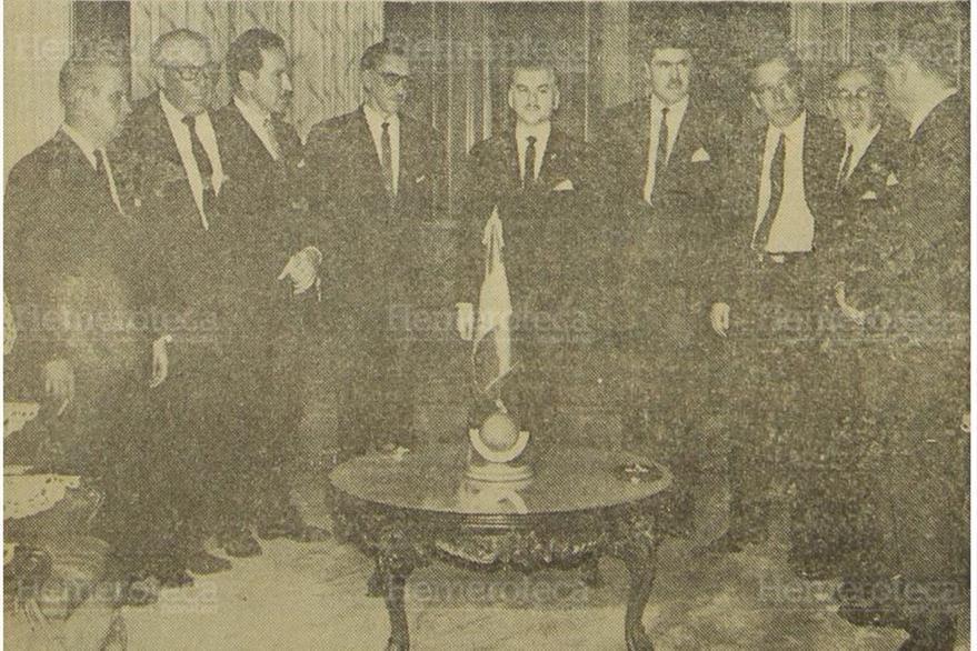 El presidente Julio César Méndez Montenegro (centro) acompañado de su Gabinete de gobierno. (Foto: Hemeroteca PL)