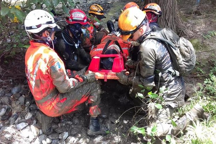 Con el objetivo de que la capacidad de respuesta de los cuerpos de socorro se acorde a las necesidades, la Cruz Rija y la Usaid impartieron un curso sobre rescates de víctimas de desastres naturales, en Huehuetenango. (Foto Prensa Libre: Mike Castillo)