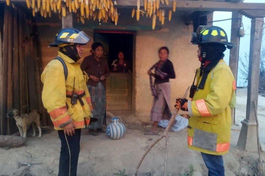 Unas 15 viviendas fueron desalojadas por amenaza de incendio forestal. (Foto Prensa Libre: Óscar Figueroa)