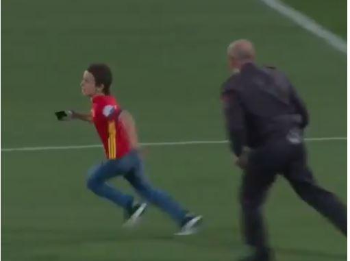 Un pequeño invadió la cancha de entrenamiento de España para abrazar a Morata. (Foto Redes).