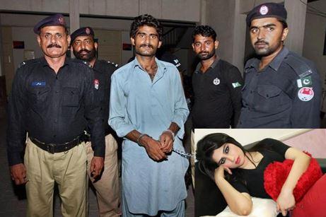 """Waseem Azeem, hermano de la celebridad pakistaní Qandeel Baloch la """"Kim Kardashian"""" de Pakistán (inserta),es conducido por la agentes de la Policía. (Foto Prensa Libre: AP)."""