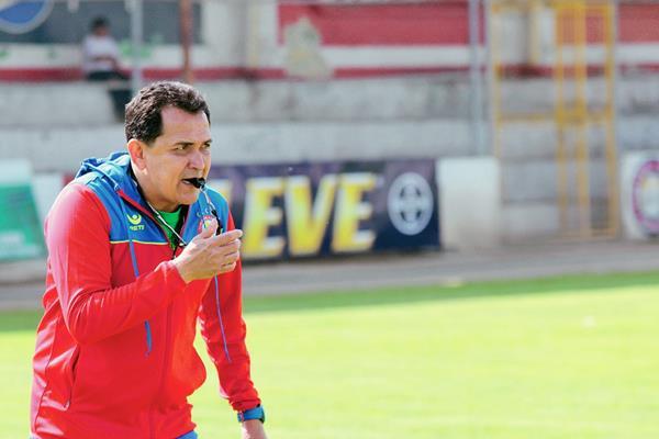 Nahún Espinoza dirige el entrenamiento del plantel de Xelajú en el estadio Mario Camposeco. (Foto Prensa Libre: Carlos Ventura).