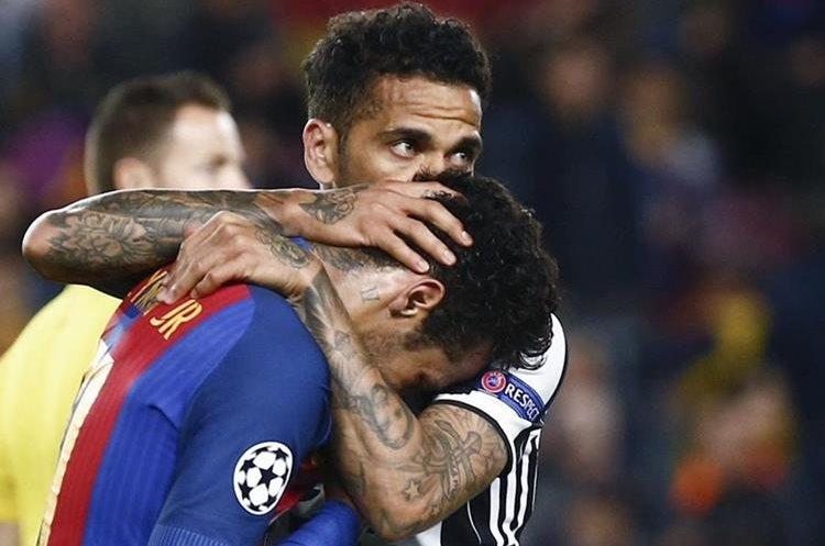 Dani Alves consuela a Neymar al finalizar el juego en el Camp Nou. (Foto Prensa Libre: EFE)