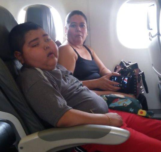Marcos se acomoda en el avión, rumbo a EE. UU. (Foto Prensa Libre: Tomada de Facebook)
