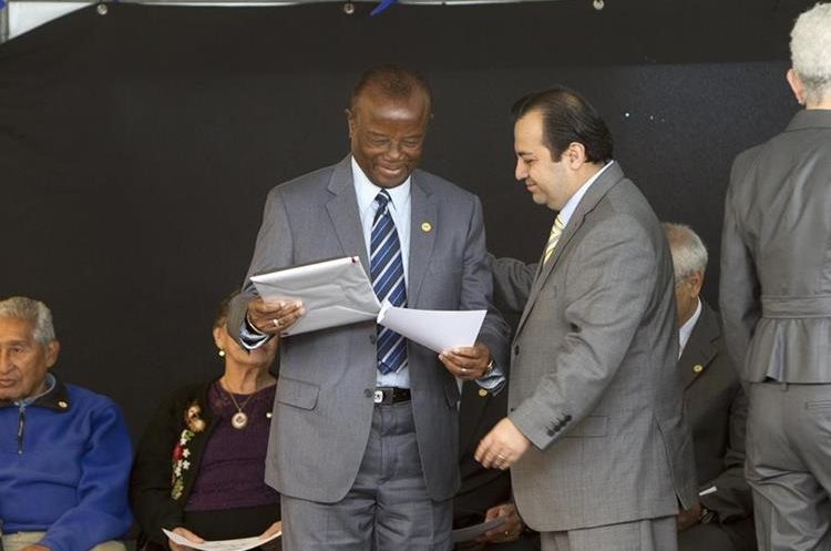 """Guillermo """"La Pantera"""" Gamboa recibe un reconocimiento de manos de Stuardo Ralón, vicepresidente del Comité de Regularización de Fedefut."""