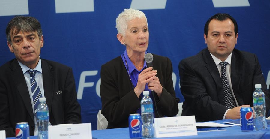 Adela de Torrebiarte (centro), presidenta de la Comisión Normalizadora. (Foto Prensa Libre: Hemeroteca PL)