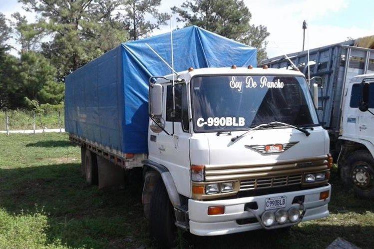 La madera de rosul decomisado era transportado en este camión que fue llevado al predio de Diprona en Poptún, Petén. (Foto Prensa Libre: Walfredo Obando)