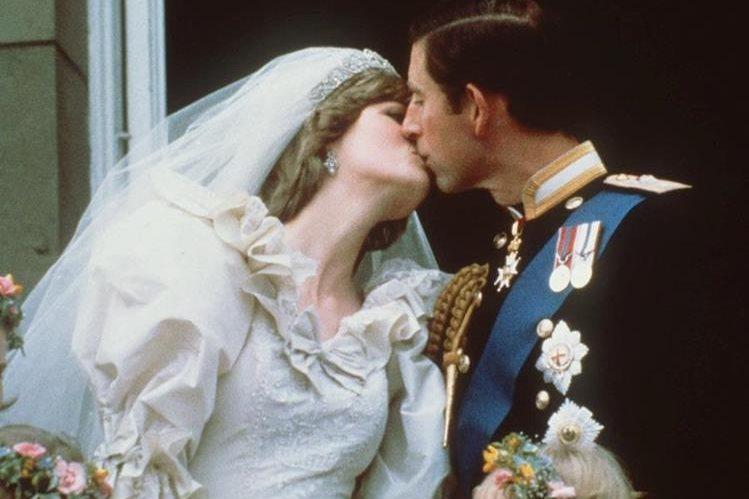 Los príncipes Diana y Carlos se besan en la Catedral de San Pablo el 29 de julio de 1981. (Foto: AP)