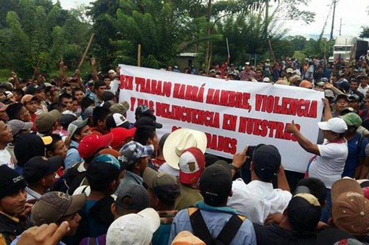 Uno de los bloqueos que efectúan trabajadores de Repsa. (Foto Prensa Libre: Eduardo Sam)