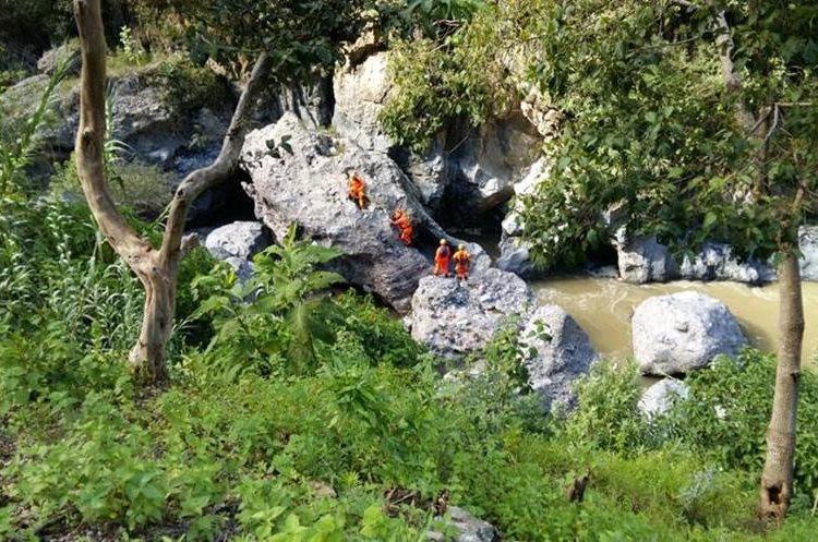 Socorristas realizan un rastreo en la rivera del Río Selegua. (Foto Prensa Libre: Mike Castillo)
