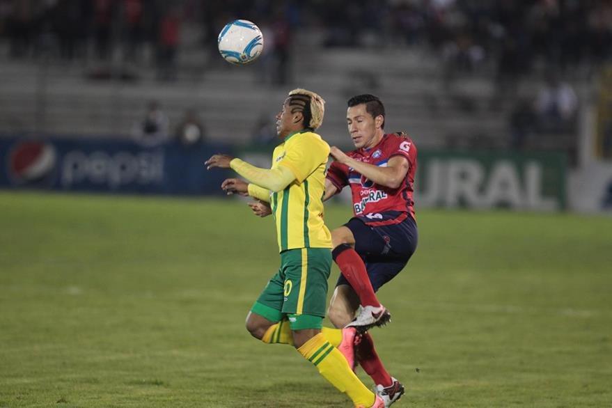 En el estadio Mario Camposeco se abrió la jornada 17 del torneo apertura 2016 de la Liga Nacional. (Foto Prensa Libre: Norvin Mendoza)