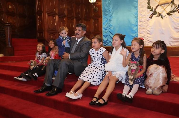 Virgilio Rodríguez posa junto a los niños que recibieron un trasplante para recuperar la audición. (Foto Prensa Libre: Érick Ávila).