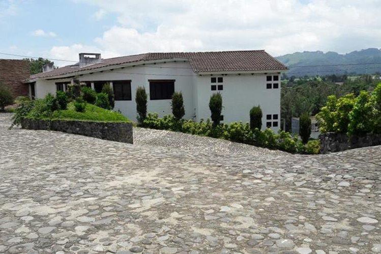 Fachada de la casa patronal de la finca expropiada al Señor de los Caballos que ahora pasa a la Senabed. (foto Prensa Libre: MP)