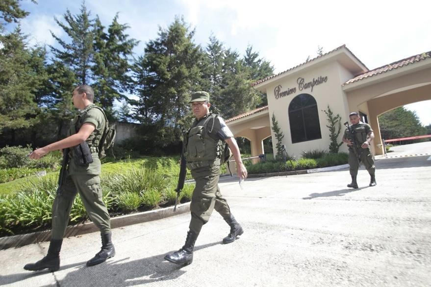 Las fuerzas de seguridad buscaron a Gustavo Alejos en su casa ubicada en carretera a El Salvador. (Foto Prensa Libre: É. Ávila)