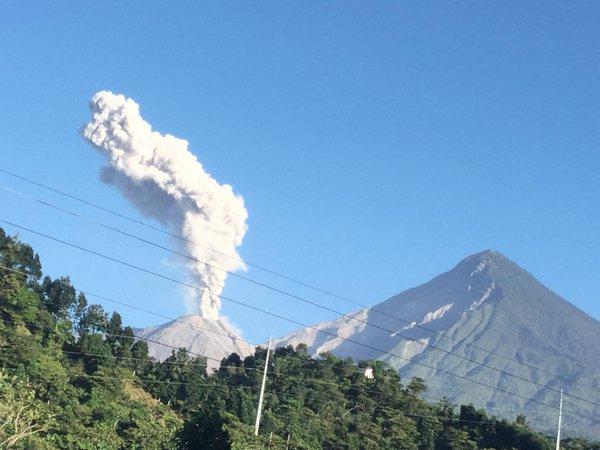 En poblados de Quetzaltenango se observa el humo expulsado por el volcán Santiaguito.