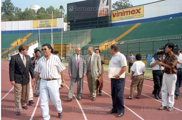 El 07/04/1997 Hugo Salcedo, delegado oficial de Seguridad, de la Federación Internacional de Fútbol Asociado, FIFA (a la izquierda) acompañado de Rolando Pineda Lam, Presidente de la Federación de Fútbol de Guatemala, supervisan los trabajos de remodelación del Estadio Nacional Mateo Flores luego de la tragedia ocurrida el 16 de octubre de 1996. (Foto: Hemeroteca PL)