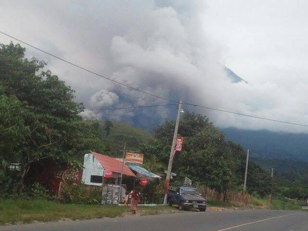 Nubes y humo lanzado por el volcán Santiaguito reducen la visibilidad en la zona. (Foto Prensa Libre: Conred)