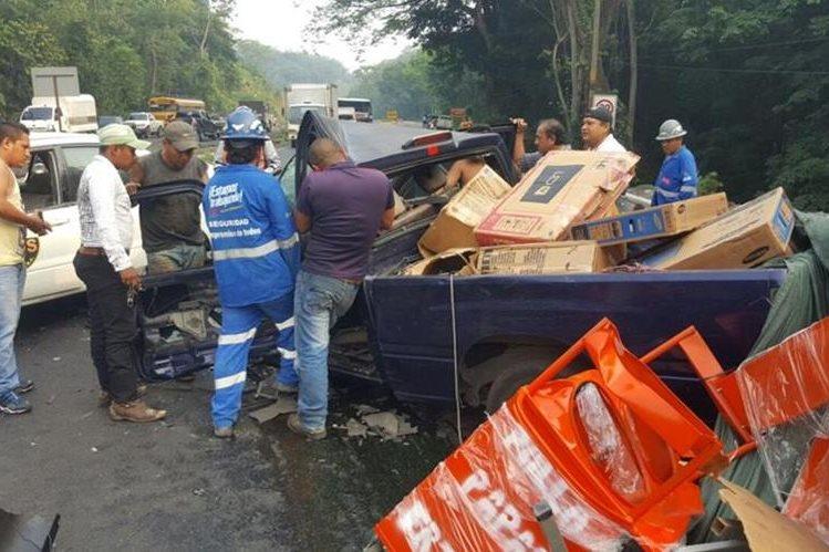 Víctimas de choque en San Antonio Suchitepéquez son rescatados por bomberos. (Foto Prensa Libre: Omar Méndez)