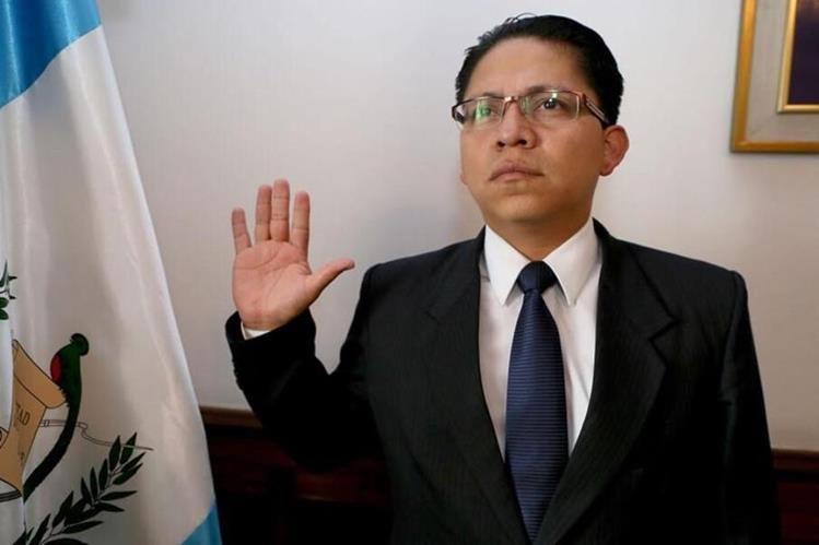 El ex viceministro de trabajo, Marlon Denis García, durante su juramentación.