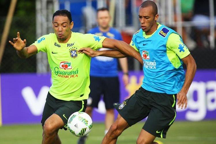 Los jugadores Ricardo Oliveira y Miranda de la selección brasileña en el entrenamiento en Viamao previo al juego contra Paraguay. (Foto Prensa Libre:(EFE)