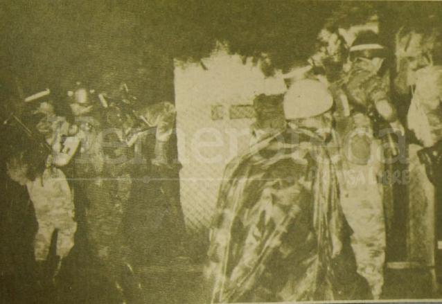 Soldados trepan por la malla que circunda la Escuela de Ciencias de la Comunicación, en la USAC, la cual fue ocupada por el Ejército la noche del 3 de septiembre de 1985. (Foto: Hemeroteca PL)