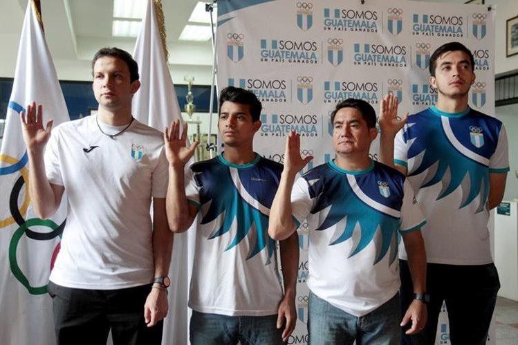 Kevin Cordón, Rubén Castellanos y Aníbal Marroquín junto al entrenador José María Solís toman juramento en el Palacio de los Deportes. (Foto Prensa Libre: Cortesía COG)