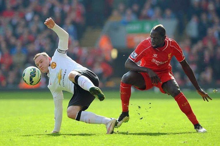 Mamadou Sakho intenta controlar el balón ante la marca de Rooney. (Foto Prensa Libre: AFP)