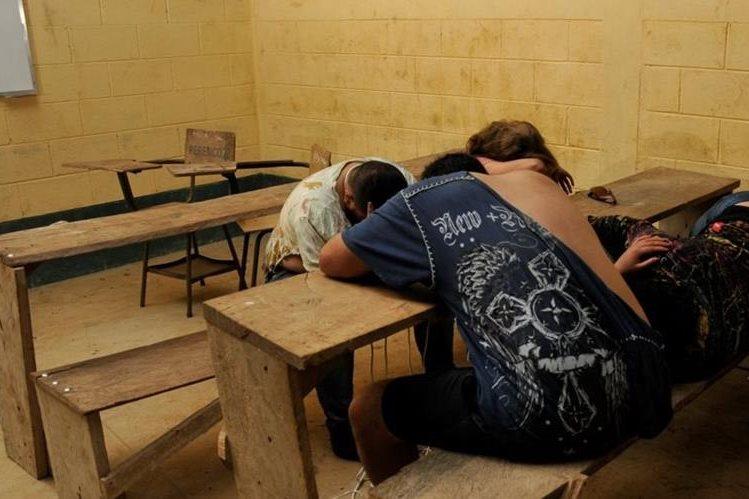 Turba mantiene retenidas a cuatro personas en Sayaxché, Petén. (Foto Prensa Libre: Rigoberto Escobar)