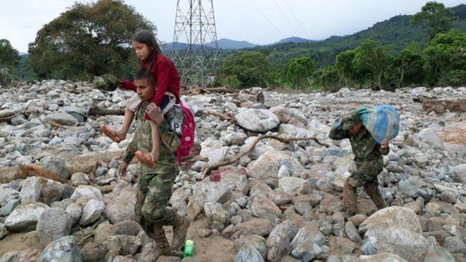 Policías, militares, bomberos y personal de emergencias se encargan de las labores de rescate. EPA/EJÉRCITO DE COLOMBIA