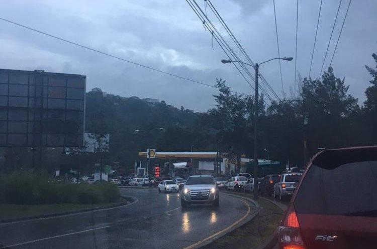 Congestionamiento en Cuatro Caminos, zona 16. (Foto Prensa Libre: @beakiwi).