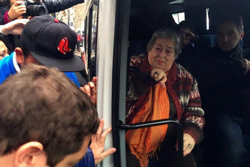 De Bonafini (blusa naranaja) se desplazó el viernes en autobús en Buenos Aires. (Foto Prensa Libre: AFP).