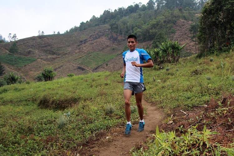 El Atleta Mario Pacay se tomó un tiempo para disfrutar en su aldea San Pablo Xucaneb, donde aprovechó para disfrutar con su familia. (Foto Prensa Libre: Eduardo Sam Chun)