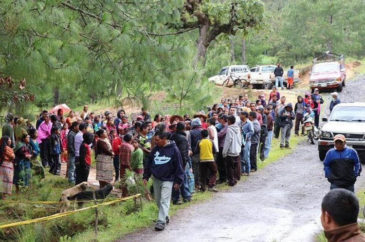 Pobladores llegan al lugar para tratar de identificar el cadáver que estaba en un riachuelo en Santabal 2, San Pedro Jocopilas. (Foto Prensa Libre: Héctor Cordero)