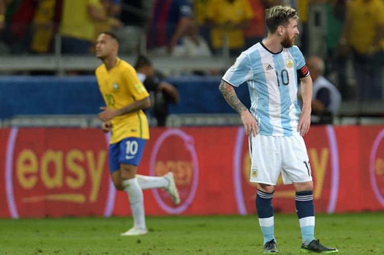 Lionel Messi y Neymar vivieron una noche muy distinta en Belo Horizote. El crack argentino pasa por un mal momento anímico. (Foto Prensa Libre: AFP)