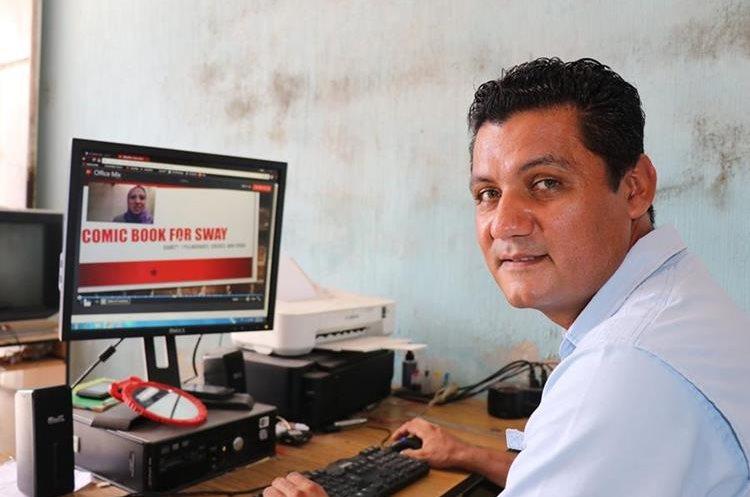 El maestro ganó un premio de Microsoft por su proyecto Wiki Latinoamericano. (Foto Prensa Libre: Cristian Icó)