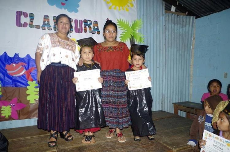 Los 17 graduandos de preprimaria, de la escuela Cruce Chinamá, vistieron una original toga. (Foto Prensa Libre: Eduardo Sam)