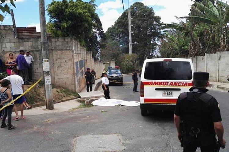 Los atacantes disparon varias veces en el rostro de la mujer. (Foto Prensa Libre: Estuardo Palacios)