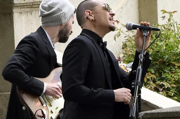 Chester Bennington, de Linkin Park, canta en el funeral. (Foto Prensa Libre, AP)