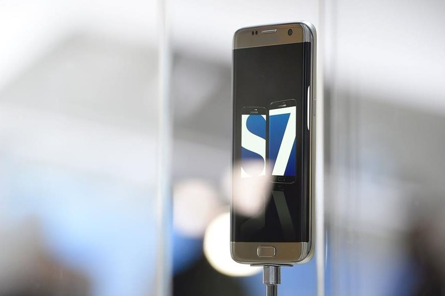 El Galaxy S7 tiene un diseño similar al de su antecesor, el S6 (Foto Prensa Libre: AFP).