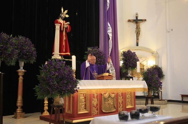 Una vez hecha la ceniza el padre la bendice durante la misa.