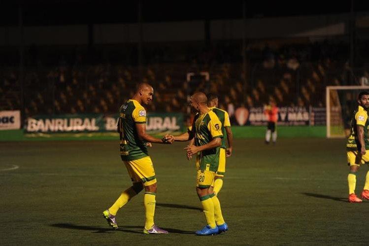 Juliano Rangel y Janderson Pereira festejan la primera anotación de Deportivo Petapa. (Foto Prensa Libre: Edwin Fajardo)